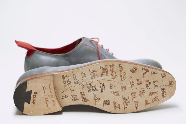 Dominic Wilcox e le scarpe con la strada di casa impressa sulla suola