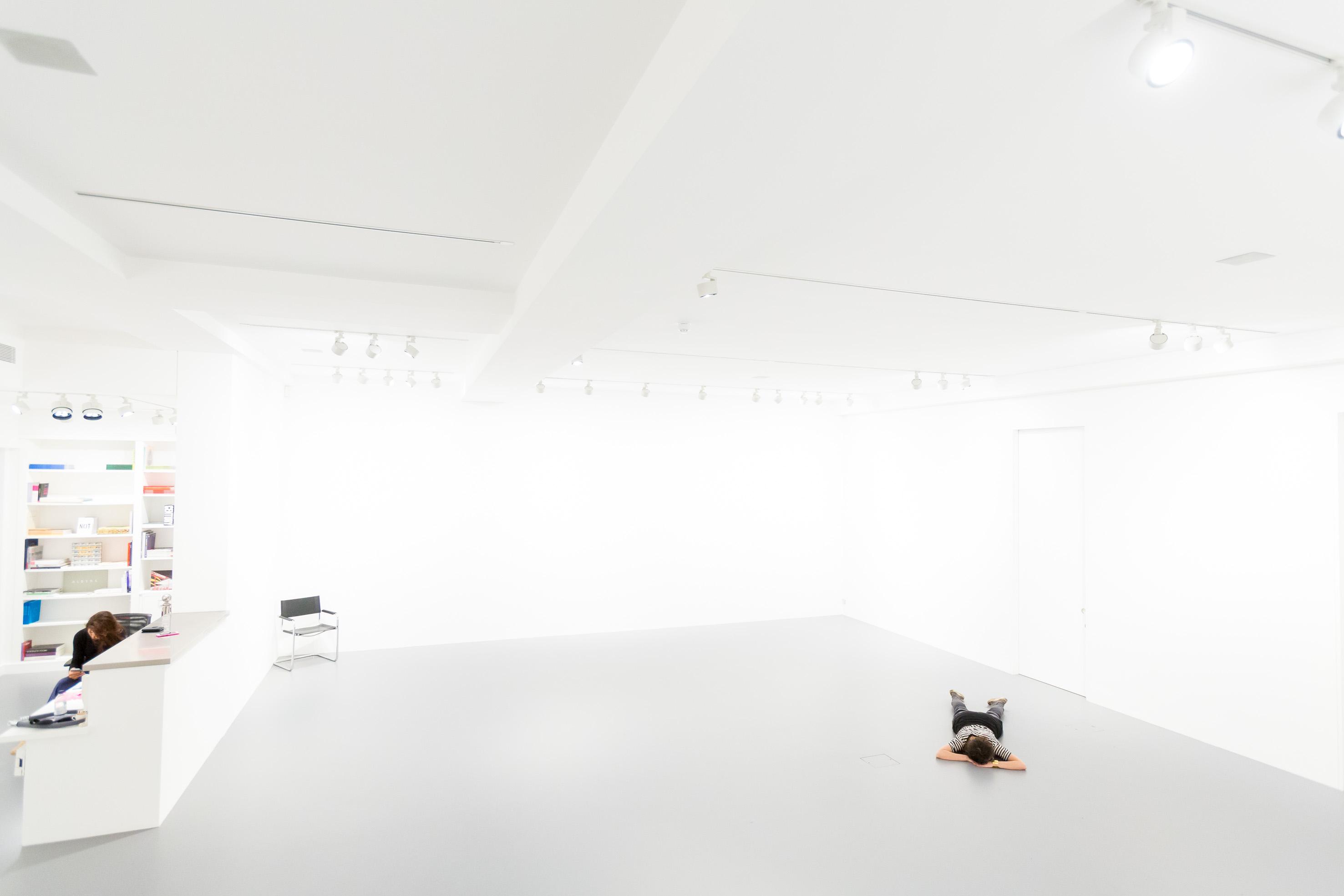 Lo spazio di Nahmad Projects a Londra durante la mostra I AM NOT di Tino Sehgal