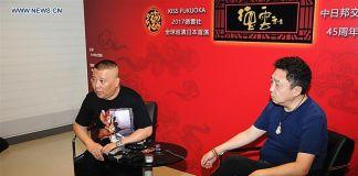 Gli attori Guo Degang (a sin.) e Yu Qian in conferenza stampa. Courtesy News.cn