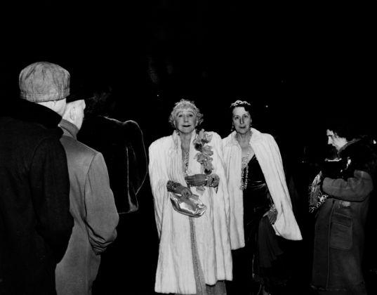 La signora GW Cavanaugh e una amica alla Opera del Metropolitan Weegee International Center of Photography Courtesy Colección M. M. Auer