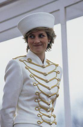 Diana assiste a una parata a Sandhurst, foto George De Keerle Hulton