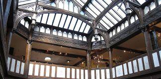 L'atrio dei grandi magazzini Liberty London dove si tiene la mostra