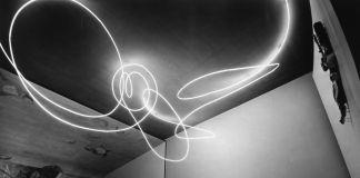 Lucio Fontana, Struttura al neon per la IX Triennale di Milano, 1951. Tubo di cristallo con neon bianco. © Fondazione Lucio Fontana, Milano