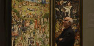 Ludovico Einaudi di fronte all'opera di Bosch al Prado di Madrid