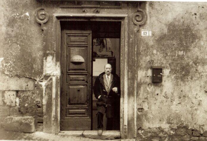 Marcello Mariani all'entrata del suo studio a L'Aquila