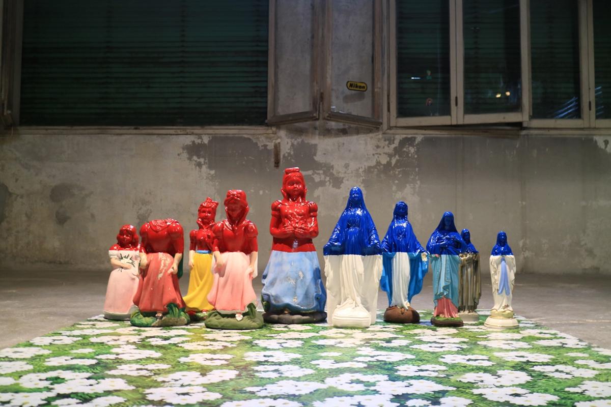 PetriPaselli, Il giardino delle vergini immacolate, 2105, gesso, cemento, smalto, plastica, dimensioni d'ambiente