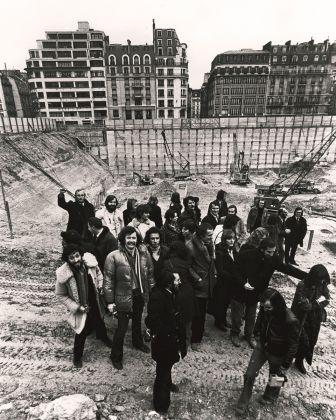Renzo Piano, Richard Rogers e il loro team in cantiere, 1972. © Studio Piano & Rogers © Fondazione Renzo Piano