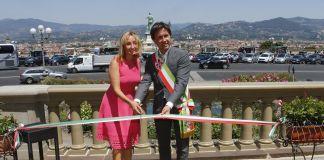Il sindaco Dario Nardella con la presidente di Starhotel Elisabetta Fabri presentano il restauro delle balaustre di Piazzale Michelangelo a Firenze