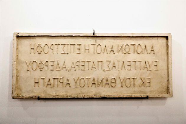 Telemachos Pateris, epigramma funebre, 2017, calco di gesso di un epigramma su argilla adesso perso e specchio riflettente, 50 x 120 x7 cm e 50 x 120 cm