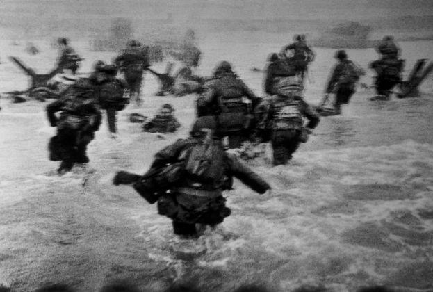 Robert Capa, Us troops assault Omaha Beach, 1944