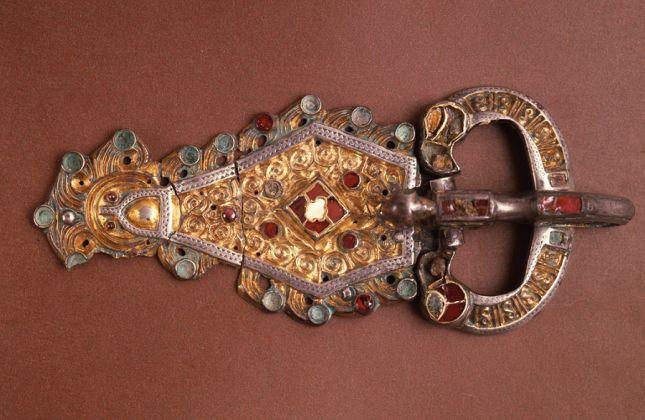 Fibbia in argento dorato, niellato e con almandini e vetri. Pavia, Musei Civici