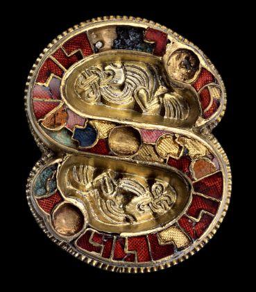 Fibula a S in argento dorato e pietre dure. Cividale del Friuli, Museo Archeologico Nazionale