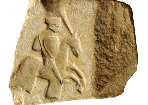 Forma in pietra per realizzare placchette o spille in materiale prezioso con figura di cavaliere
