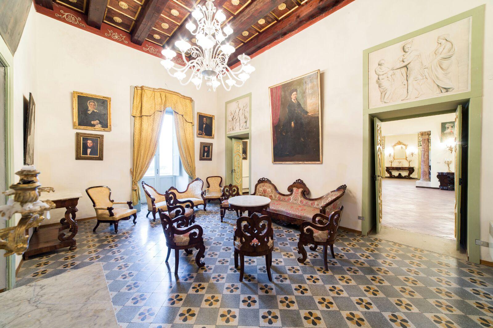 Gli interni di Palazzo Ruggi d'Aragona prima dell'incendio   Artribune