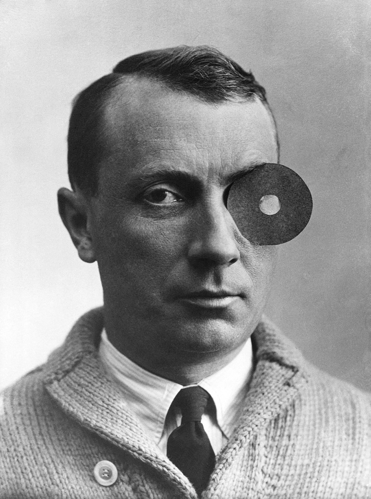 Jean Arp with Navel Monocle, 1926. Arp Stiftung, Berlino