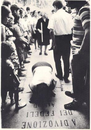 Lello Mazzacane, Devota che striscia con la lingua, Santuario San Donato, Montesano del Salento, 1971