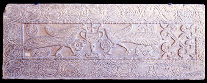 Pluteo in marmo con pavoni che si abbeverano a un cantharos. Pavia, Musei Civici