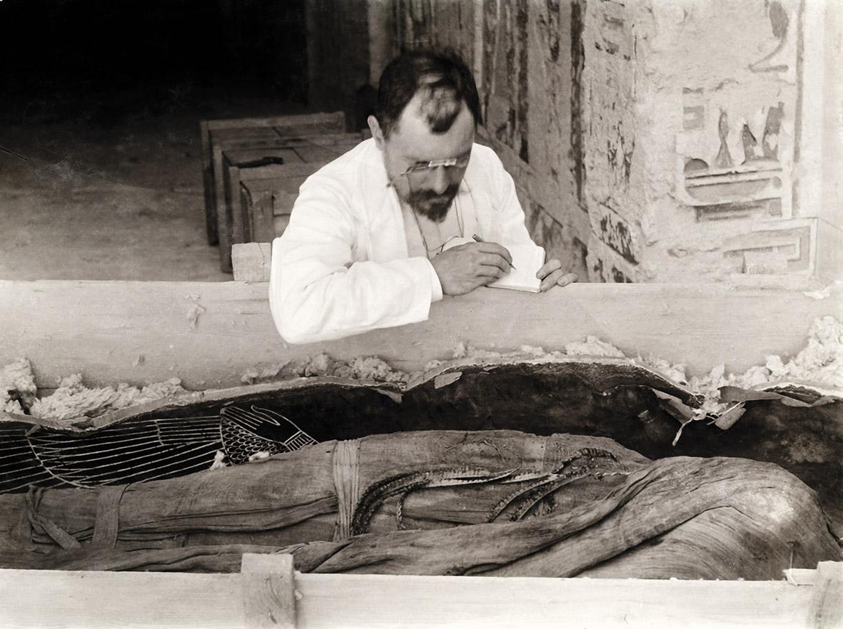 Victor Loret copia le iscrizioni dalle bende della mummia di Amenofi III, 1898 (© Università degli Studi di Milano, Biblioteca e Archivi di Egittologia) [Nr archiv. 221]