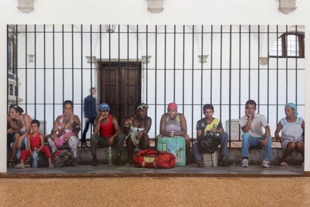 Michelangelo Pistoletto, La Habana – Persone in attesa, 2015, serigrafia su acciaio inox super mirror, 250×500 cm, courtesy the artist and GALLERIA CONTINUA, San Gimignano / Beijing / Les Moulins /Habana, photo Oak Taylor-Smith