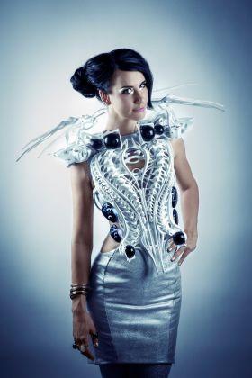 Anouk Wipprecht indossa lo Spider Dress