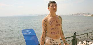 Body Politics the Walls of Athens (2009), performance di Matteo Fraterno e Cesare Pietroiusti per la II Biennale di Atene, settembre 2009, photo ilmotorediricerca, courtesy gli artisti