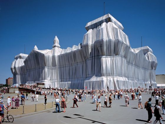 Christo & Jeanne Claude, Wrapped Reichstag, Berlino, 1971-95, photo: Wolfgang Volz. ©1995 Christo + Wolfgang Volz