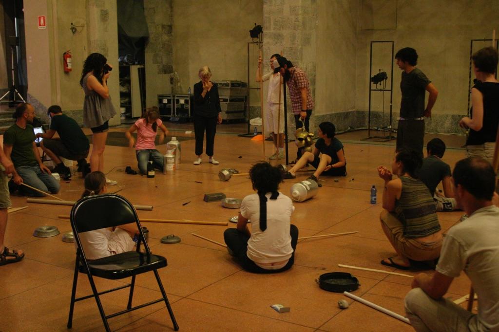 Durante il workshop di Joan Jonas, XIII CSAV – Artists Research Laboratory, luglio 2007. Spazio Culturale Antonio Ratti, Ex Chiesa San Francesco, Como. Photo Luca Bianco © Fondazione Antonio Ratti, Como