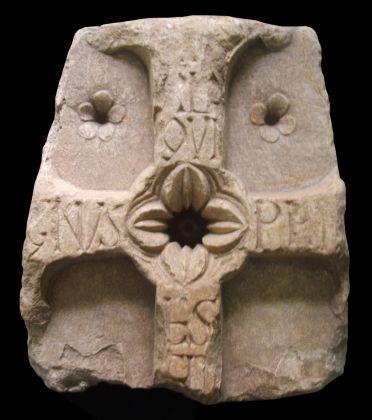 Epigrafe funeraria di Magnus presbiter (prima metà del IX secolo), marmo, Venafro, Museo Archeologico Nazionale (dal complesso monastico di San Vincenzo al Volturno)