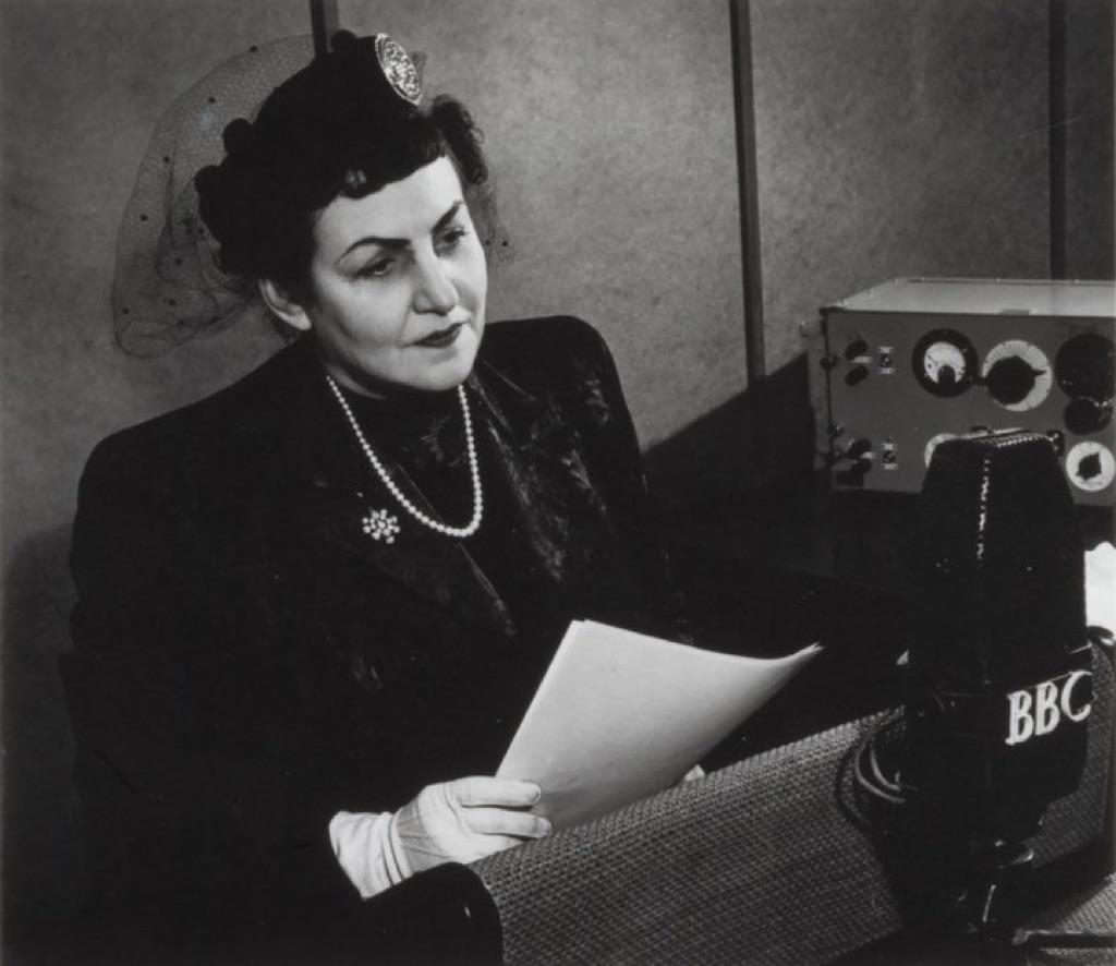 Fahrelnissa Zeid intervistata dalla BBC, 1949. Courtesy Raad Zeid Al Hussein e Tate Modern, Londra, rifotografata da Tate Photography