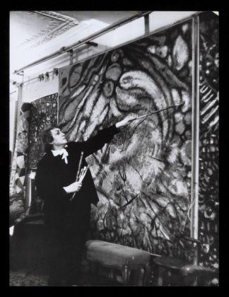 Fahrelnissa Zeid nel suo studio di Parigi, 1950 ca.. Collezione Raad Zeid Al Hussein. © Raad Zeid Al Hussein. Courtesy Tate, Londra