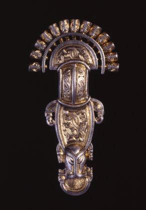 Grande fibula a staffa dalla tomba 162 di Nocera Umbra, primi decenni del VII secolo, Roma, Museo dell'Alto Medioevo