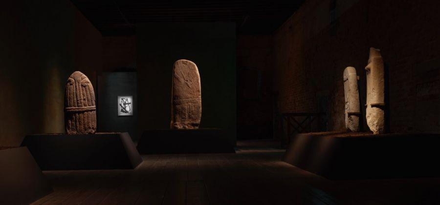 Intuition. Exhibition view at Palazzo Fortuny, Venezia 2017. Pierre Soulages e menhir. Photo © Jean Pierre Gabriel
