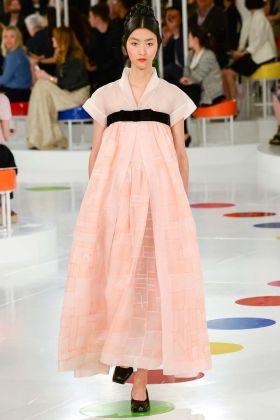 Ji Hye Park indossa un abito di Karl Lagerfeld