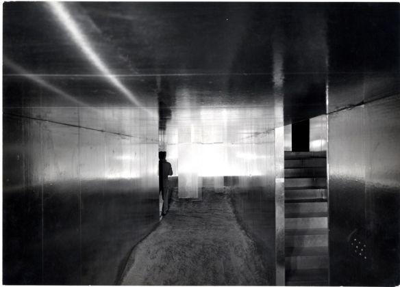 """Lucio Fontana con Nanda Vigo, Ambiente spaziale. """"Utopie"""" nella XIII Triennale di Milano, 1964. Photo Publifoto. Courtesy Archivio Fotografico © La Triennale di Milano & © Fondazione Lucio Fontana, Milano"""