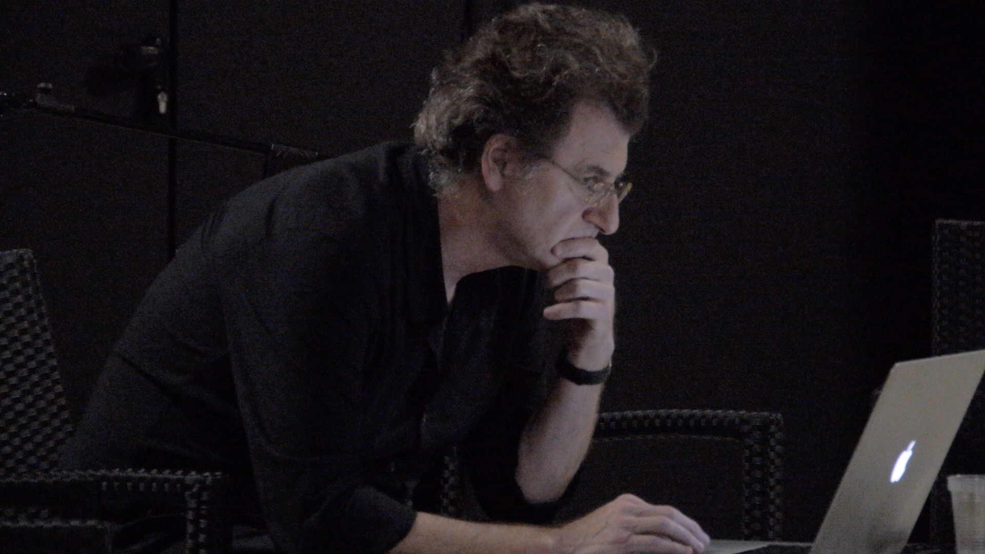 L'artista Alfredo Jaar durante il suo intervento a Camposud. Foto di Francesco Deplano