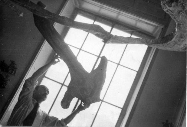 Lucio Fontana lavora ad Ambiente spaziale a luce nera, 1948 49 © Fondazione Lucio Fontana, Milano