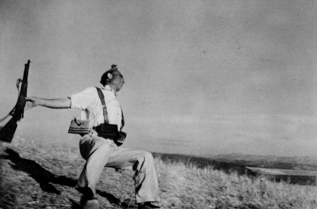 Morte di un miliziano lealista, fronte di Cordoba, inizio settembre 1936 © Robert Capa © International Center of Photography-Magnum Photos