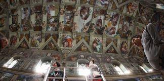 Restauratori al lavoro durante le operazioni di depolveratura e controllo degli affreschi della Cappella Sistina nel 2012. Foto © Musei Vaticani