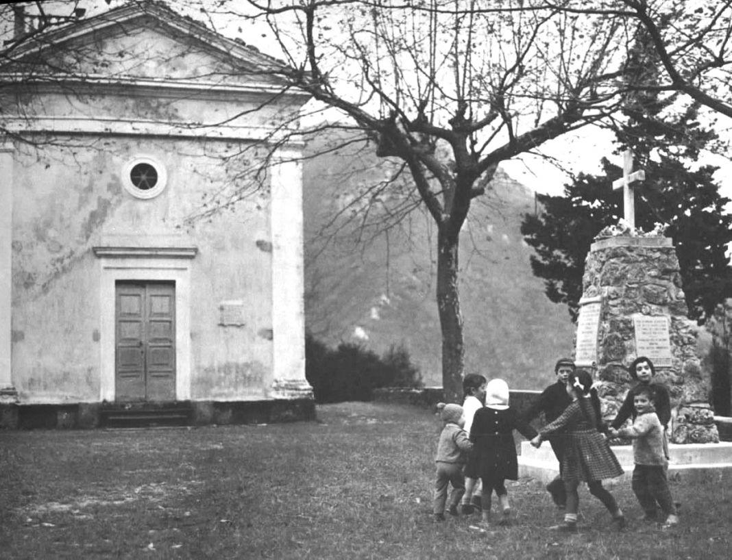 Sant'Anna di Stazzema, la chiesa e il monumento ai martiri. Ph. by albertoperconte.it