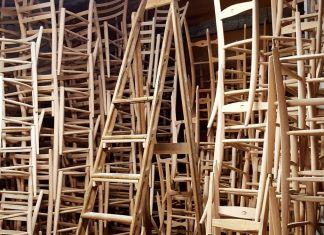 Sedie di Chiavari impilate