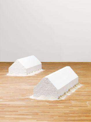 Wolfgang Laib, Rice House, 2000-2001 (sx) e 2011 (dx). Collezione privata. Photo © 2017 Hartmut Nägele