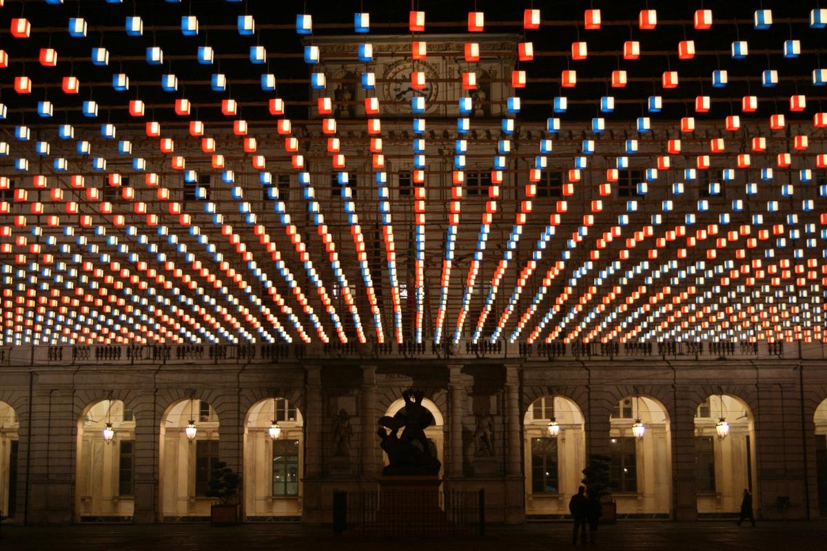 Tappeto volante di Daniel BUREN in piazza Palazzo di Città
