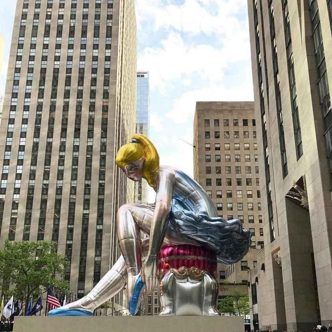 Ballerina seduta di Jeff Koons