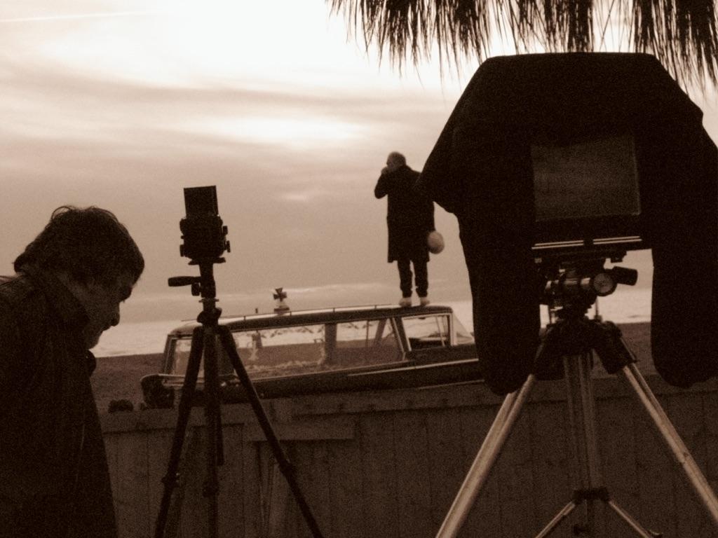 Claudio Abate e Gianni Colosimo. Backstage della terza parte de _Il silenzio incestuoso della mia ombra ferita_, Fregene, 20 novembre 2009. Photo Fabrizio Nicastro