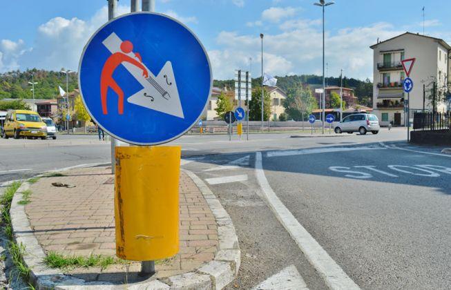 Clet Abraham Cartellonistica stradale vie di Castellina Scalo_ ph. Alessandra Angioletti