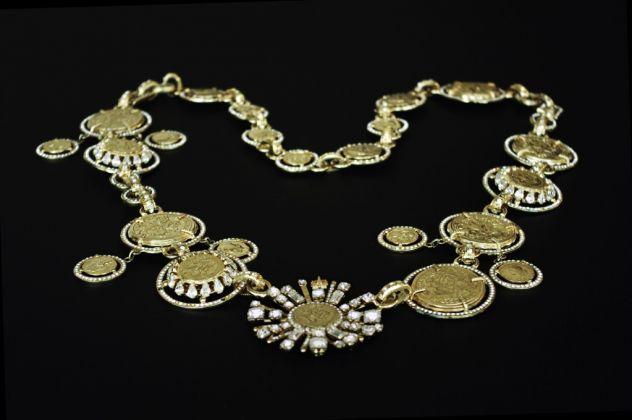 Collana Medaglie, ottone e strass Swarovski crystal, vetro, autunno-inverno 1991-92, prodotto da Il Gioiello, Firenze