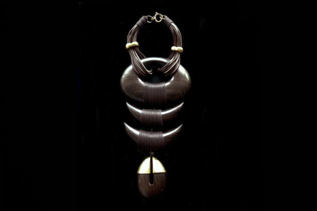 Collana, legno di wengé, metallo, cuoio, corda, primavera-estate 1993. Atelier d'Artiste, Parigi