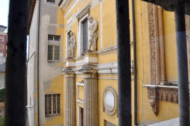 Dettaglio della facciata del tribunale di Petitot a Parma
