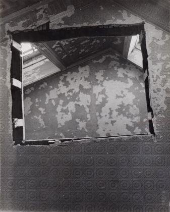 Gordon Matta-Clark, Untitled (Bronx Floors 1),1972. Harold Berg Collection, Barcellona, & the Gordon Matta-Clark Estate. © The Estate of Gordon Matta-Clark. Courtesy of The Estate of Gordon Matta-Clark and David Zwirner, New York-Londra