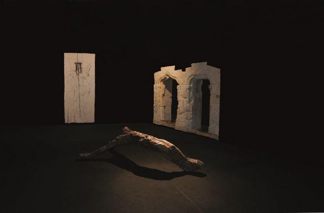 Maria Lai , Sindone, 1998. Stoffa, filo, cm 275 x 108; Pinuccio Sciola, Crocifisso, 1968. Legno di ulivo, cm 66 x 270 x 120. Courtesy Archivio Maria Lai Musei Civici Cagliari